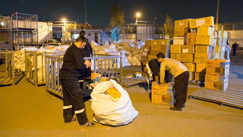 مئات الاطنان من المساعدات التي ارسلتها لجنة تنفيذ امر الامام تصل الی المناطق المنکوبة التي تعرضت للزلزال