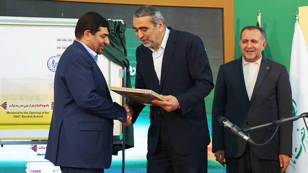 اهدای لوح تقدیر وزیر آموزش و پرورش به دکتر مخبر در روز افتتاح هزارمین مدرسهی برکت